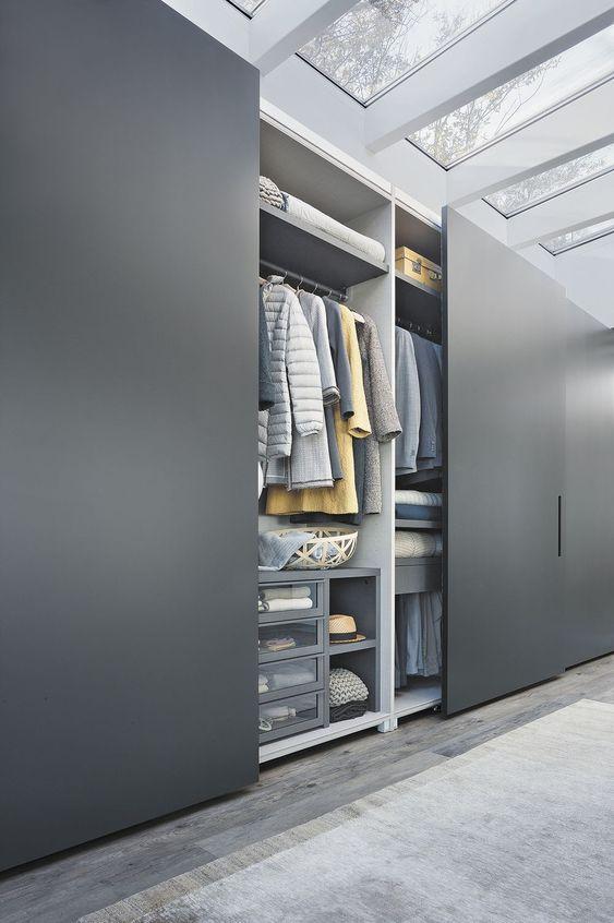 Armoire de chambre contemporaine en bois laqu porte for Armoire chambre porte coulissante