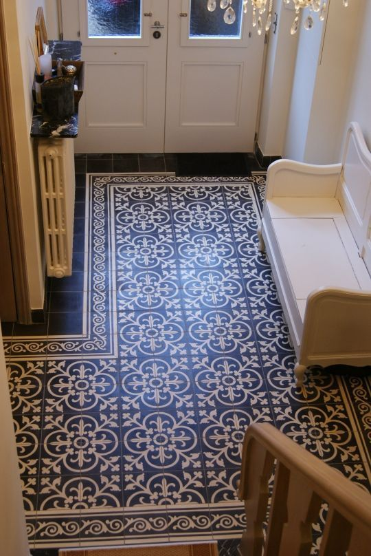 Pavimentazione a piastrelle con decorazioni blu e bianche.
