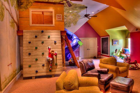 Ou a um pequeno sótão de madeira.   31 maneiras geniais de trazer o playground para dentro de casa