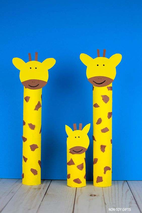 Paper roll giraffe craft for preschoolers and older kids. Easy recycled craft. Simple ZOO animal craft to make with recyclables and paper. #paperanimalcraft #paperrollcraft #giraffecraft #paperollgiraffecraft #paperrollgiraffes