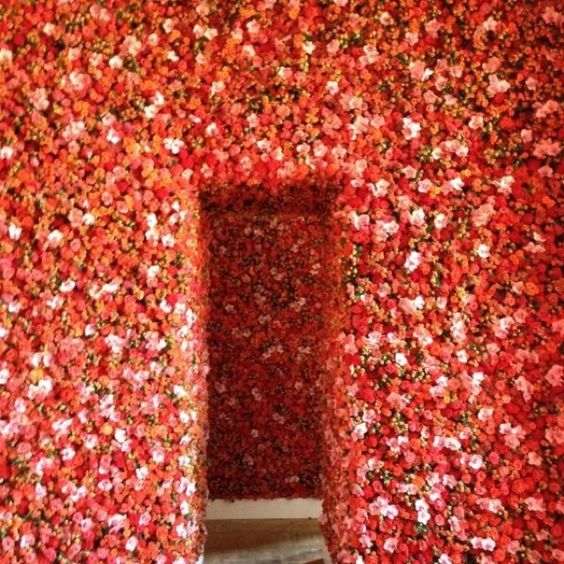 Flower wall #Dior   http://www.webloom.nl/