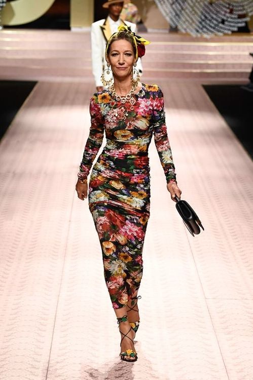 Mamma Mia Monica Monica Bellucci Carla Bruni And Other 90s Muses Reappear On The Catwalk For Dolce Gabbana In Milan Stylish Women Fashion Fashion Colorful Fashion