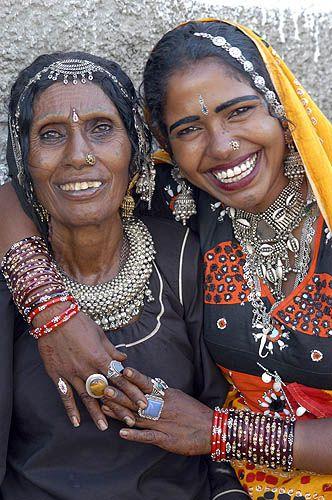 El tiempo que pasamos riendo  Es tiempo que pasamos con los dioses. India | Rajasthani woman in Thar Desert | ©Mirjam Letsch