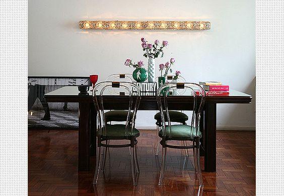 A sala de jantar do apartamento do arquiteto Marcelo Lellis tem lustres de vidro dos anos 1970, comprados em um antiquário. O efeito ficou interessante graças à disposição: várias, um ao lado do outro, na parede