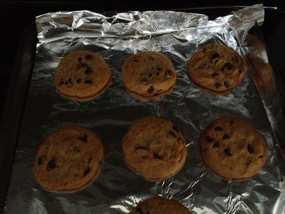 Can you bake cookies on aluminum foil?