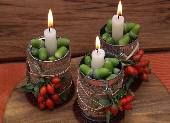 Kerzen mit Eicheln stützen und Leinen und Hagebutte dekorieren