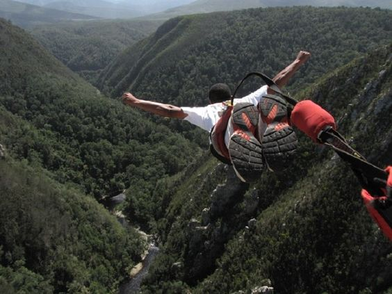 Man bungee jumping from Bloukrans Bridge