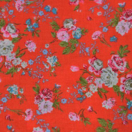 Tissu vendu en coupon de 3 mètres, en coton imprimé fleurs crèmes, roses et bleues sur fond orange. Très léger et souple, idéal pour réaliser robes, jupes, vêtements pour enfants etc.