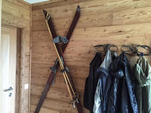 lärche gehackt | Holzdesign, Altholz, Altholz wandverkleidung