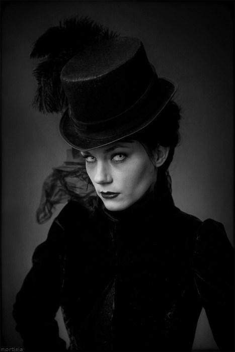 This would be a great look for a Victorian female vampire.