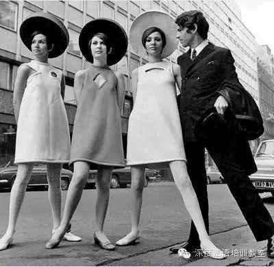 1964-1965 Courrège lance une coupe trapèze structurée qui libère les hanches et dévoile les jambes au-dessus du genou. La forme géométrique et plate de la robe insuffle l'allure futuriste d'une femme des temps modernes. Le blanc immaculé accentue cette impression de tenue venue tout droit du cosmos. Elle signe le renouveau de la mode des années 60