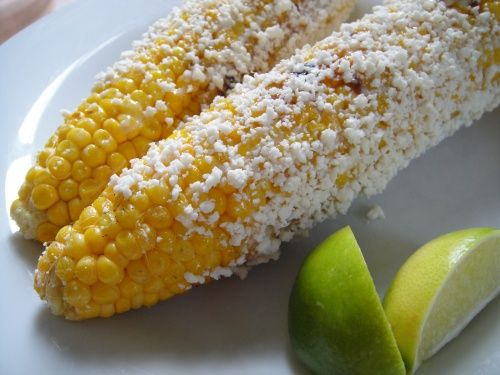 grilled corn, Mexican street food style. Le falta el chilito