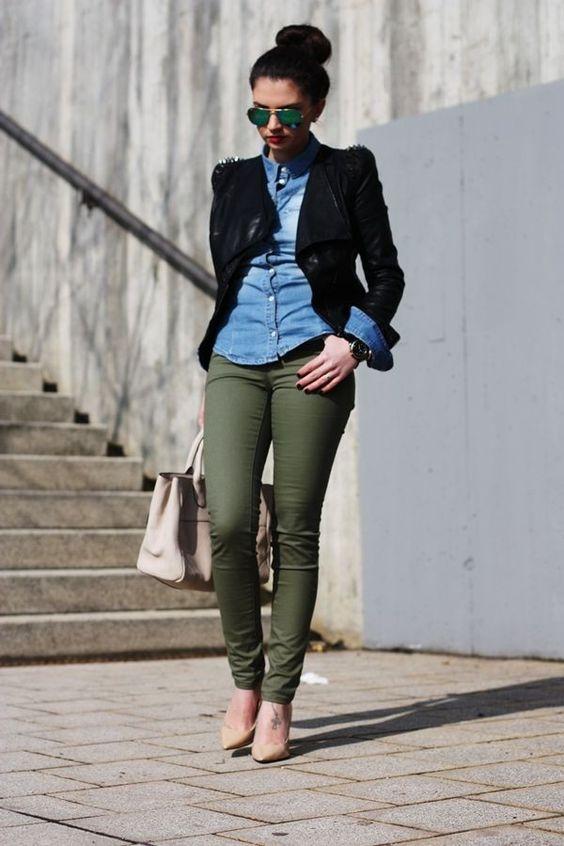 pantalon verde militar y camisa vaquera