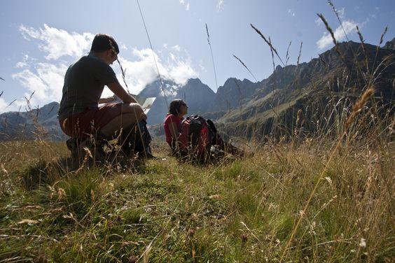 Im Sommer laden Hügel und Täler zu Wandertouren verschiedener Schwierigkeitsgrade ein. Ein Teil der Alpenstraße, die Via Alpina, mit Pfaden und Berghütten führt vom Monviso bis zu den Bergen von Verbania.