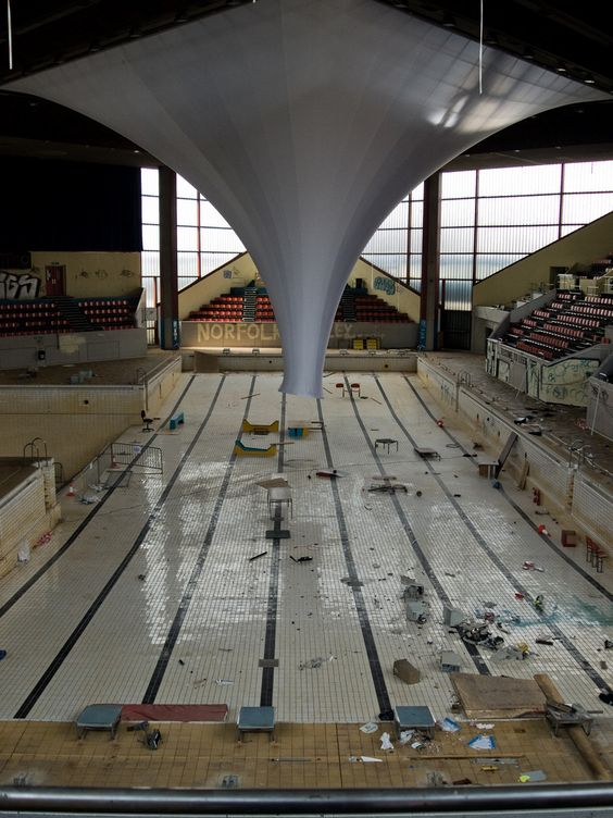 Leeds international swimming pool sad to see a pool like this cool pools pinterest for Leeds international swimming pool