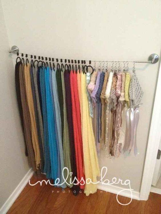 Uma cortina tirolesa da Ikea é uma ótima maneira de organizar cachecóis, meias e regatas.
