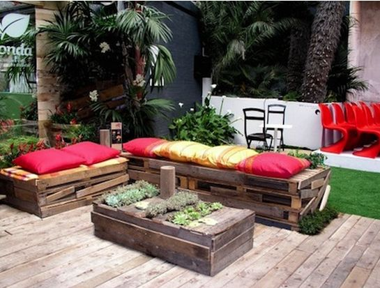 Bellissimo l 39 arredo del giardino utilizzando materiali di - Arredo giardino con bancali ...