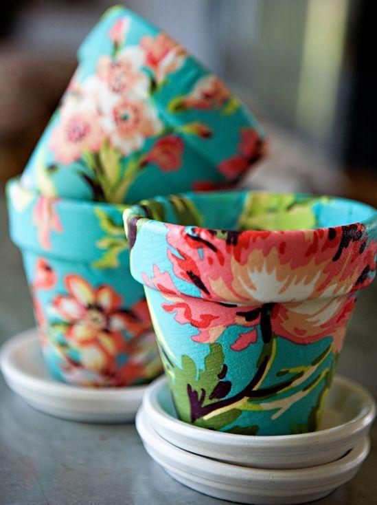 Vasinhos decorados com tecido. Tem um retalhinho sobrando ai ?