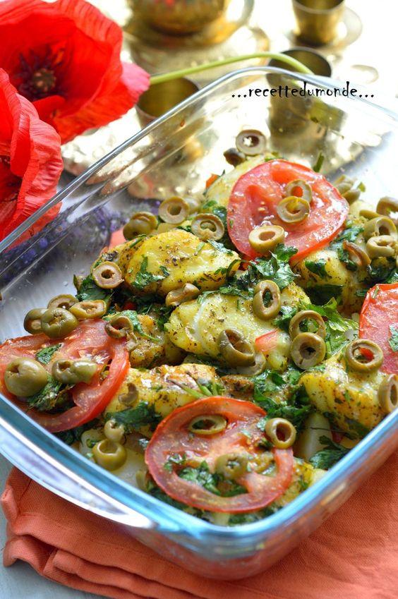 Tajine de Cabillaud au four Ingrédients pour la marinade ;  . 5 c/s d'huile d'olive . 1/2 bouquet de persil haché . 4 gousses d'ail hachées . 1 pincé de poivre . 1 c/c d'épices pour paëlla . 1 c/c de piment doux   . 2 dos de cabillaud . 1 oignon moyen . 2 tomates juteuses . 1 poignée d'olive . 3 pomme de terre et 1 carotte mi- cuites à la vapeur