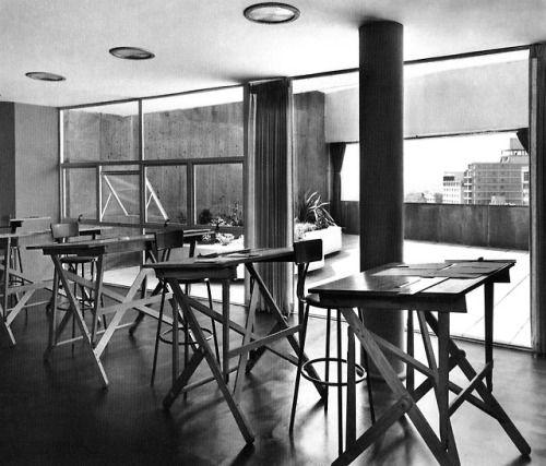 Vista Interior Del Estudio Del Arquitecto Con Vista A La
