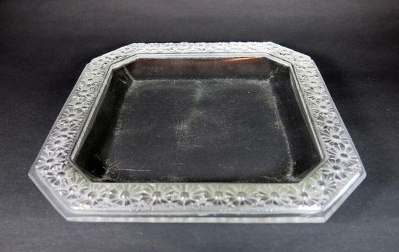 LALIQUE - porta-cartões de cristal francês polido e satiné, formato quadrado com pontas recortadas. borda decorada com margaridas. med: 19 cm x 19 cm. Vendido R$490, 00 set14