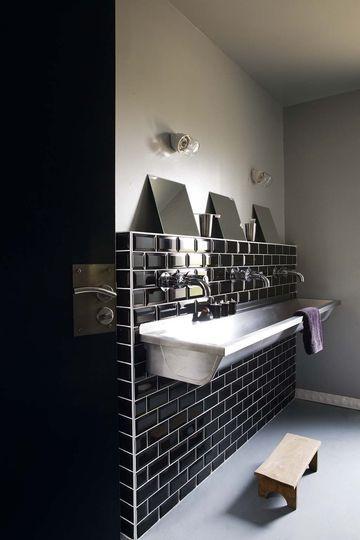 Maison de Catherine Dupon-La salle de bains des enfants en noir et blanc - Envies noires - CôtéMaison.fr