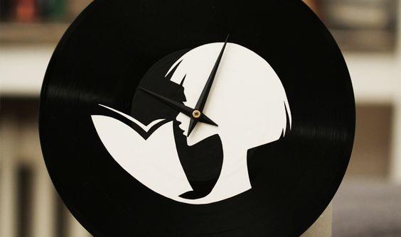 Bookish DIY: Schallplattenuhr basteln und mit dem Motiv einer lesenden Frau bekleben