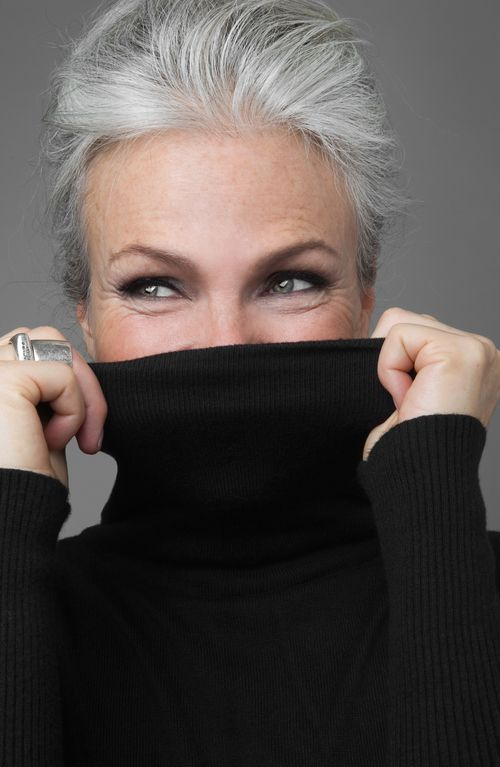 Como cuidar dos cabelos brancos e assumir o look com estilo