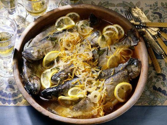 Forellen im Zitronen-Zwiebel-Sud ist ein Rezept mit frischen Zutaten aus der Kategorie Kochen. Probieren Sie dieses und weitere Rezepte von EAT SMARTER!