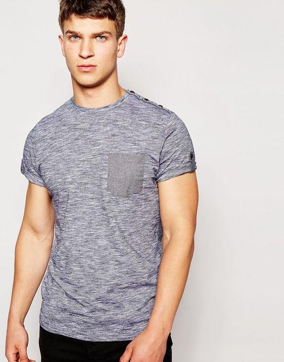T-Shirt von Brave Soul weicher Strickjersey Rundhalsausschnitt Knopfleiste an der Schulter Brusttasche geknöpfte Manschetten reguläre Passform - entspricht den Größenangaben Maschinenwäsche 100% Baumwolle Unser Model trägt Größe M und ist 185,5 cm/6 Fuß, 1 Zoll groß