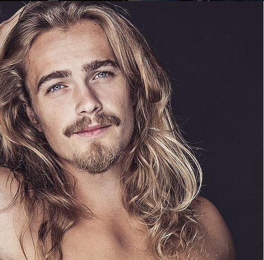 Voici 20 hommes sexy aux cheveux longs qui vont vous donner des sueurs nocturnes...