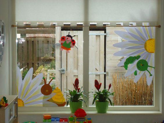 Raamversiering: Vergroot een kleurplaat uit. kleur/verf hem in. Knip uit en plak alle delen met behangplaksel op het raam. Later eenvoudig en zonder knoeien weer te verwijderen!