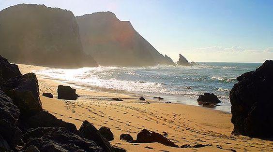 ... praia da adraga ,'encravada' entre pedras esculpidas pelo mar, a Praia da Adraga, muito procurada durante o verão, é também um belo local para passeios fora da época balneária.  ... encontra-se aqui um ambiente natural e preservado, onde as rochas, grutas e túneis acrescentam um tom pitoresco.