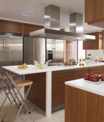 Isla con estructura y mesada blanca en combinacion con for Mesadas de cocina pequenas