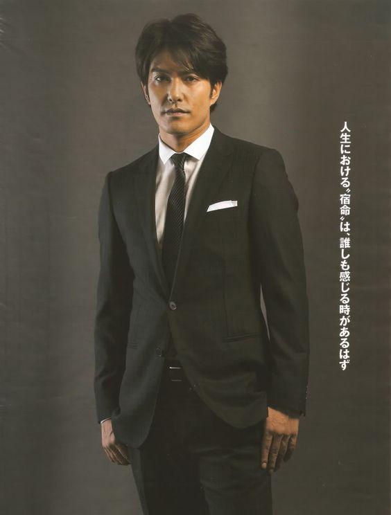 黒いスーツを着た北村一輝