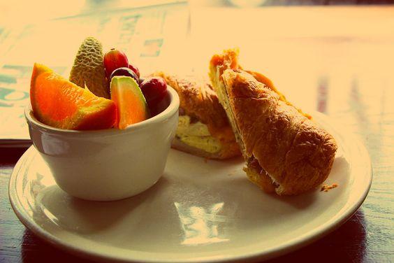 Recetas de desayunos saludables y ligeros. El desayuno es la comida más importante del día. Hoy compartimos 3 recetas sabrosas y perfectas para tomar un desayuno saludable. Autor: Alicia Borghi #Desayuno #Saludable #Receta #SanaSanaFamily  http://www.sanasana.com/blog/es/recetas-de-desayunos-saludables-y-ligeros/