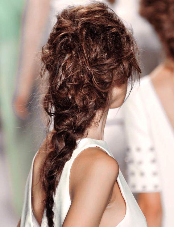 Coiffure de mariage : La tresse bohêmeUne coiffure naturelle et bohême. Les cheveux sont tressés grossièrement, n'hésitez pas à la déssérer. Sur l'arrière de la tête, retenez un peu les mèches ondulées et volages avec des barrettes.Pour qui ? Les cheveux longs.Dans le même esprit, regardez notre tuto : La tresse épi