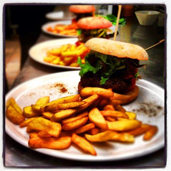Burgers accompagnés de frites www.facebook.com/brasseriemidiminuit  #Burger #Qualite #Rapide #Brasserie #Confluence #BienManger #Frites #Cuisine #Gourmand