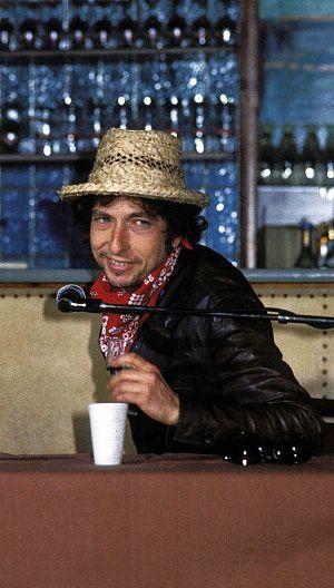 麦わら帽子をかぶるボブ・ディラン