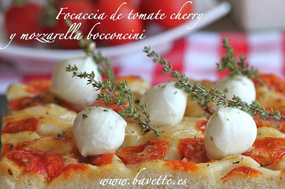 Focaccia con tomate cherry y mozzarelle bocconcini