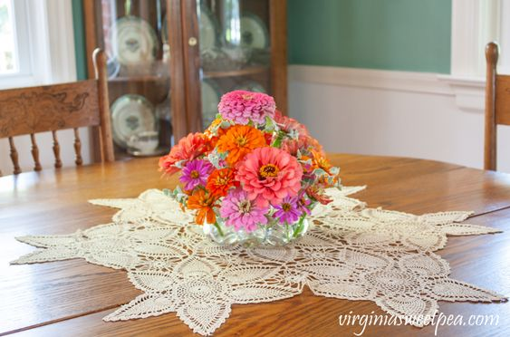 Easy Summer Centerpiece - Learn how to make an easy summer flower arrangement for your table with this step-by-step tutorial. #summercenterpiece #centerpiece #summerflowerarrangement #summerflowers