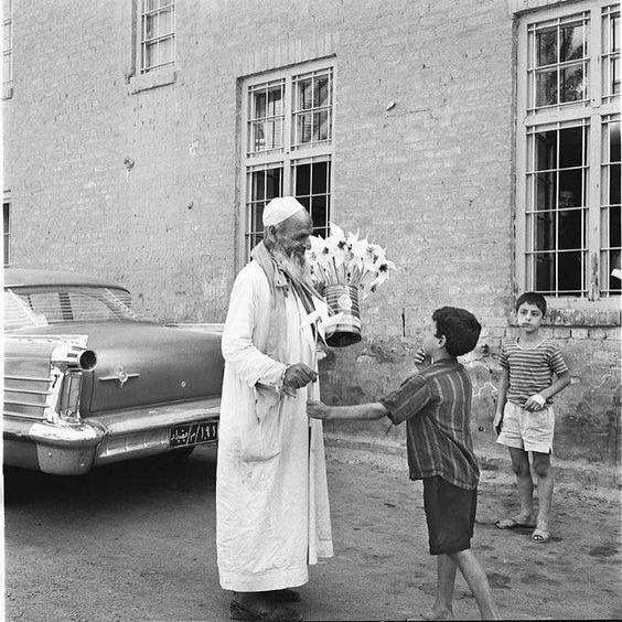صورة توثيقية رائعة من التراث العراقي وفيها لقطة جميلة لرجل كبير السن يبيع الفرارات الورقية للاطفال في الخمسينيات Baghdad Baghdad Iraq Historical Pictures