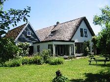 Texel familiehuis -Het is een honderd jaar oude boerderij (2-8 pers)met een zeer grote tuin, gelegen tussen vogel- en natuur gebieden, in de buurt van Oosterend. Vooral geschikt van mensen die niet houden van standaard bungalows maar op zoek zijn naar een ruim, sfeervol en persoonlijk ingericht huis (scandinavische stijl)dat van alle gemakken is voorzien.