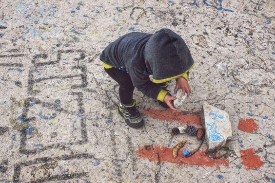 LIFEforFIVE-Kletterurlaub mit Kindern. Unsere 2-jährige Tochter beim Schätze sammeln am Kletterfelsen.