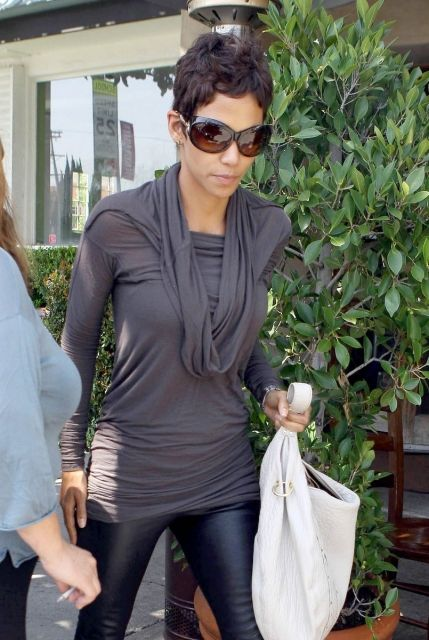 She looks so comfy! I need to just give in and buy the leather leggings I've been drooling over.