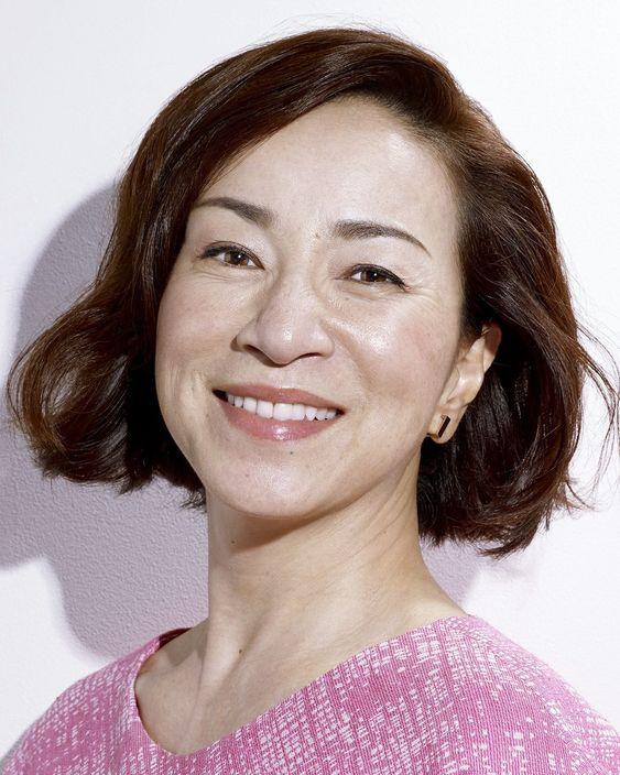 ピンクの服を着た原田美枝子