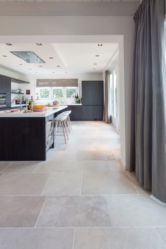 natuursteen vloer bourgondische dallen niveaux gris // French limestone flooring | Kersbergen.nl