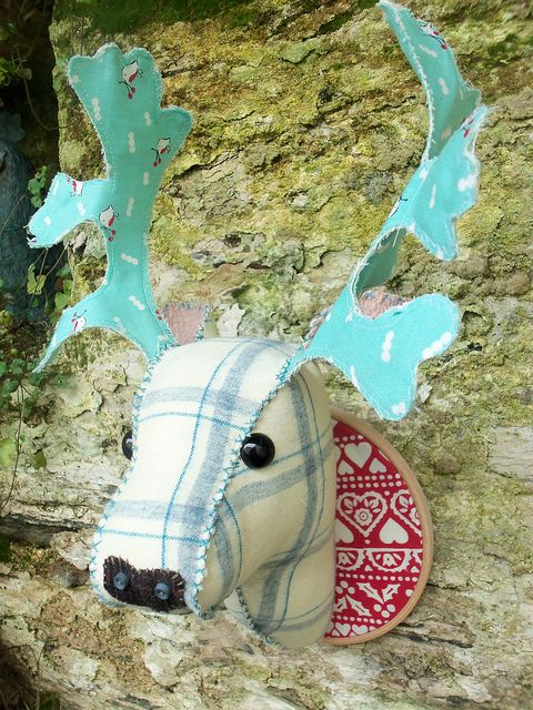 Fabric Deer Head by Bustle & Sew  Awesome site with beautiful makes and gorgeous newfie dogs!
