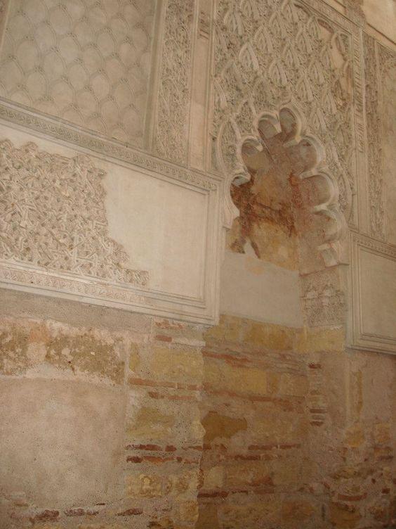 TOLERADOS A PERSEGUIDOS. Os Judeus deram grande contributo à cultura peninsular, dinamizaram e desenvolveram algumas cidades. Viveram em maior liberdade durante o domínio muçulmano. Os seu locais de culto, as sinagogas, confundiam-se com o tecido urbano e com as formas artísticas do local. Esta é a sinagoga de Córdova.