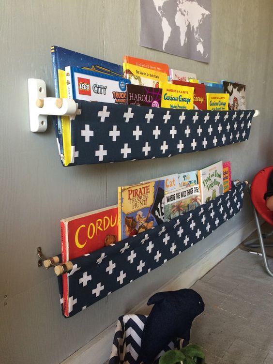 Baldas de tela para los libros del rincón de lectura infantil.